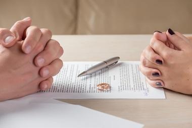 הסכם גירושין יבוטל בגלל שהבעל הטעה את אשתו?
